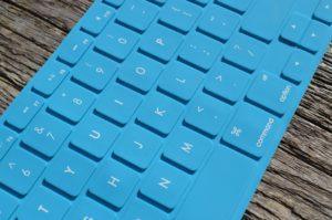 een toetsenbord in de kleur lichtblauw